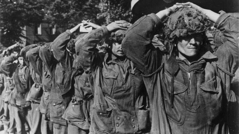 Brittiska fallskärmssoldater tillfångatagna av tyskarna vid Arnhem 1944