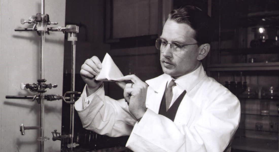 Erik Wallenberg uppfann 1944 som anställd på nuvarande Tetra Pak den första Tetra Pak-förpackningen i form av en tetraeder.