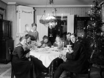 Familjen Skötsner-Edhlund äter julgröt, Östhammar, Uppland. Fotograf: Skötsner-Edhlund, Uppladsmuseet, public domain