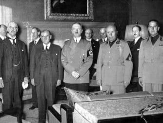 Münchenöverenskommelsen: Neville Chamberlain, Édouard Daladier, Adolf Hitler, Benito Mussolini och Galeazzo Ciano. Bakom dem syns bland andra Joachim von Ribbentrop och Ernst von Weizsäcker